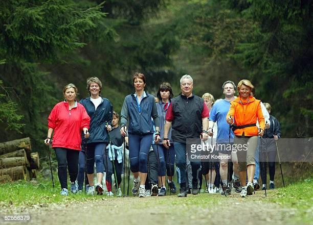Freizeitsport Nordic Walking 2004 Ennepetal Nordic Walking Gruppe im Wald 210404