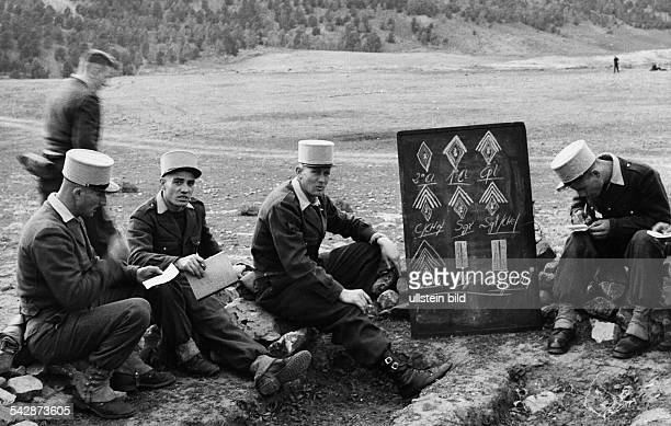 Fremdenlegionäre in Algerien Ein Caporal beim Unterricht mit Legionären an der Tafel die Dienstgrade 1961