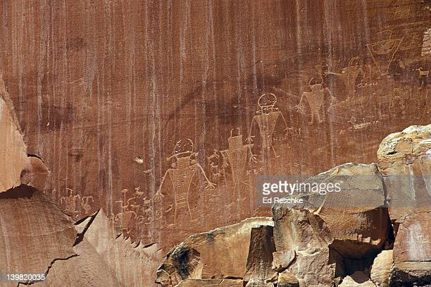 fremont petroglyphs of people (700-1250 ad) including hunters and farmers, capitol reef national park, utah, usa  - ed reschke photography photos et images de collection