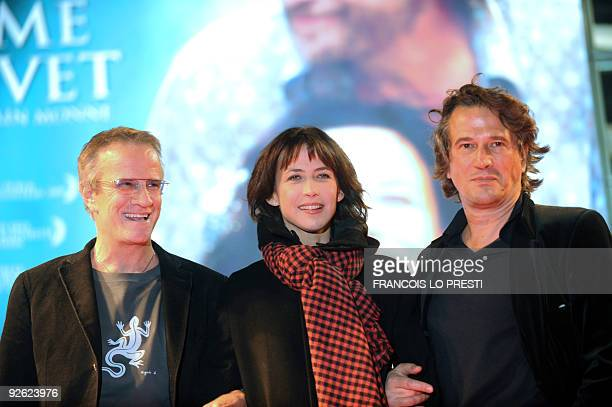 French actor Christophe Lambert French actress Sophie Marceau and French film director Alain Monne pose on November 02 2009 in Lomme northern France...