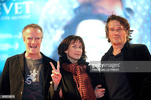 French actor Christophe Lambert his companion French actress Sophie Marceau and French film director Alain Monne pose on November 02 2009 in Lomme...