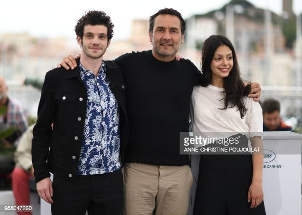 French actor Felix Moati French director Gilles Lellouche and French actress Noee Abita pose on May 13 2018 during a photocall for the film Sink Or...