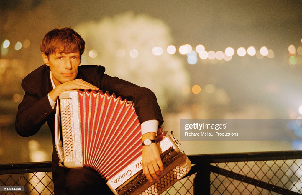 French Actor Lambert Wilson Holding an Accordion : Photo d'actualité