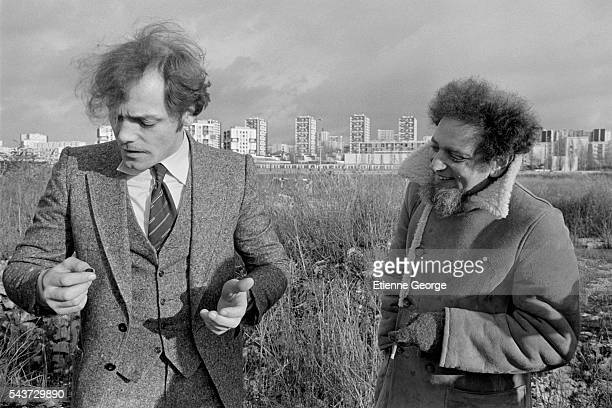 French actor Patrick Dewaere and writer Georges Perec on the set of the film Serie Noire directed by French director Alain Corneau and based on...