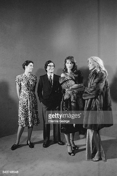 LR French actors Anemone Christian Clavier Nathalie Baye and Maureen Kerwin on the set of the film 'Je vais craquer' based on comic book cartoonist...