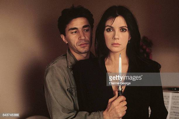 French actors Canadian actress and singer Carole Laure and French actor Richard Berry on the set of the film Un assassin qui passe directed by the...
