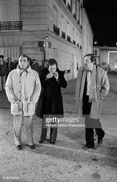 French actors Claude Brasseur Guy Bedos and Jean Rochefort on the set of the 1976 film Un Elephant ca Trompe Enormement The film was directed by Yves...