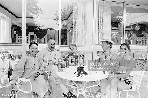 French actors Monique Chaumette her husband Philippe Noiret Isabelle Huppert singer Eddy Mitchell and his wife Muriel on the set of the film Coup de...