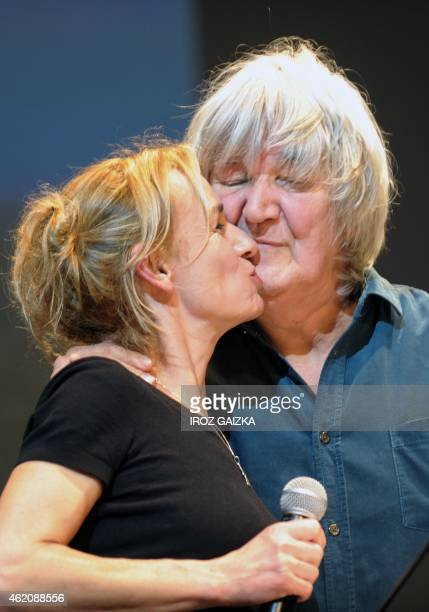 French actor/singer Jacques Higelin kisses French actress Sandrine Bonnaire prior to the screening of Bonnaire's film 'Ce que le temps a donne a...