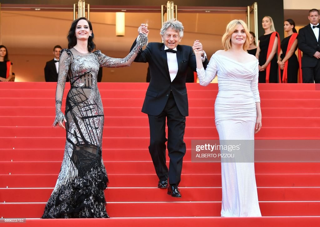French actress Eva Green, French-Polish director Roman Polanski and French actress Emmanuelle Seigner pose as they arrive on May 27, 2017 for the screening of the film 'Based on a True Story' (D'Apres une Histoire Vraie) at the 70th edition of the Cannes Film Festival in Cannes, southern France. / AFP PHOTO / Alberto PIZZOLI