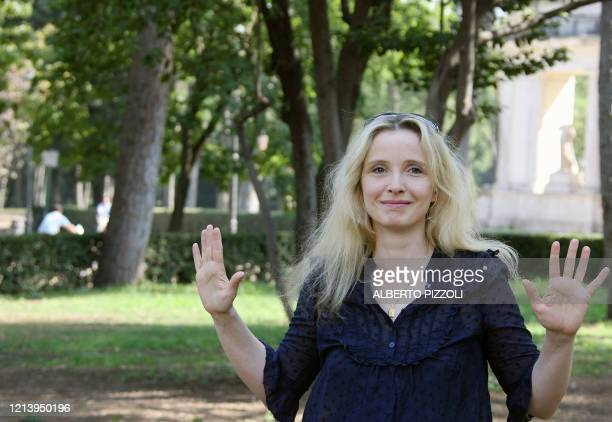 """French actress Julie Delpy poses during a photocall of her movie """"2 days in Paris"""" in central Rome 25 September 2007. The movie follows two days in..."""