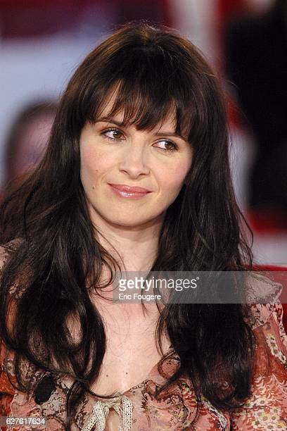 French actress Juliette Binoche on the set the TV show 'Vivement Dimanche' for the release of the movie 'Jet Lag'