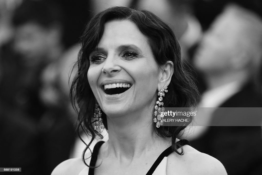 French actress Juliette Binoche smiles as she arrives on May 23, 2017 for the '70th Anniversary' ceremony of the Cannes Film Festival in Cannes, southern France. / AFP PHOTO / Valery HACHE