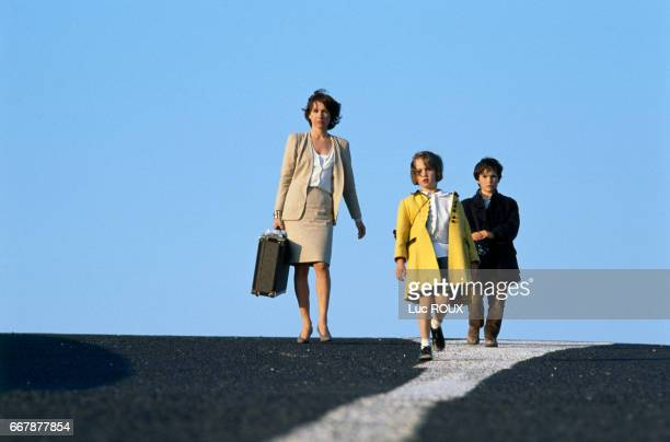 French actress Nathalie Baye and child actors Felicie Pasotti and Joachim Serreau on the set of the film Un Weekend sur Deux directed by Nicole Garcia