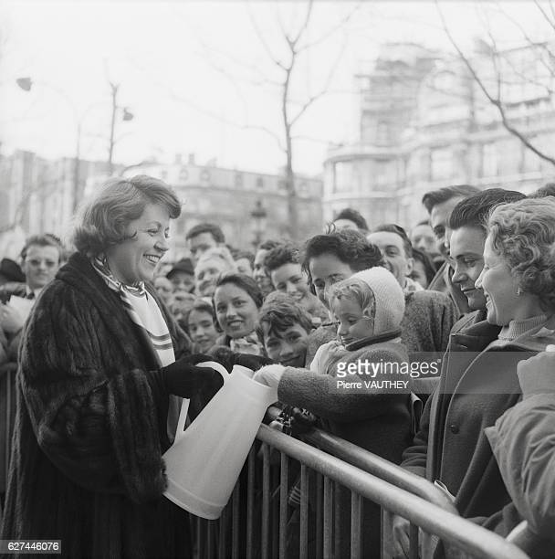 French actress Suzy Delair collects charity for the French Actors' Fund along the ChampsElysees in Paris The French Actors' Fund provides aid for...