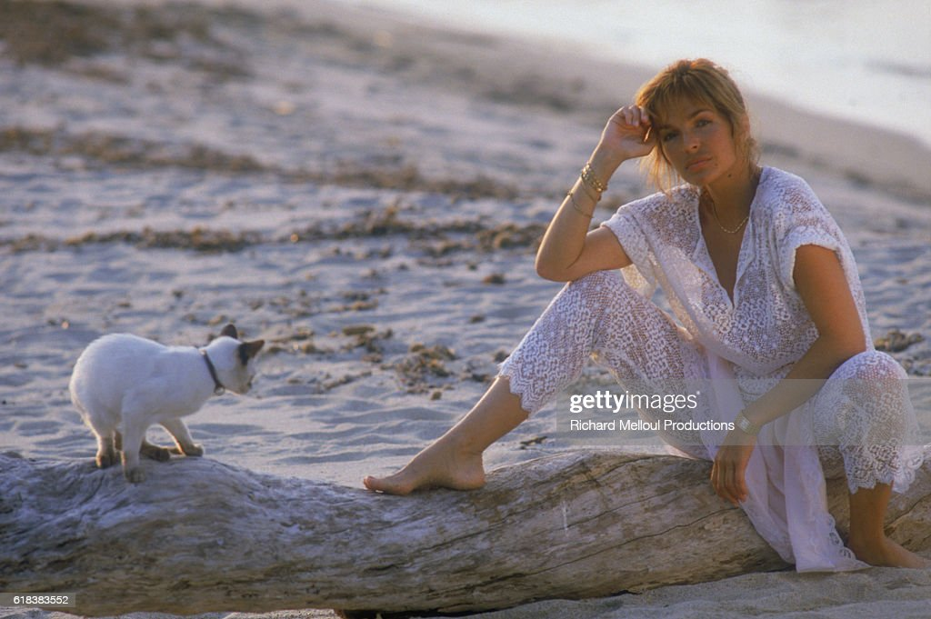 French Actress Veronique Jannot on Beach with Cat : Photo d'actualité