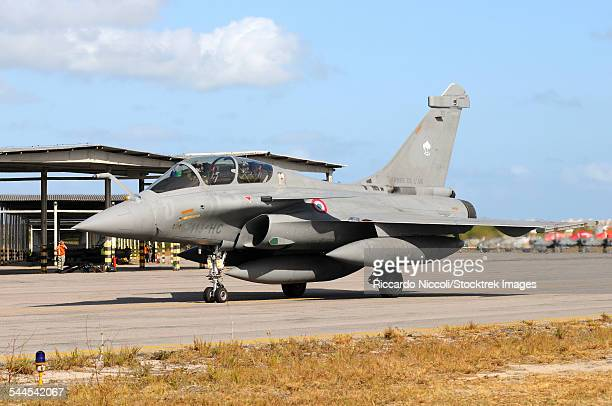 french air force rafale b taxiing at natal air force base, brazil, during exercise cruzex. - dassault rafale stock pictures, royalty-free photos & images