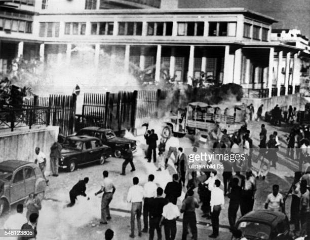 French algeria: war of independance 1954-1962 - military coup algiers :French colonists storming the government building at Algiers. 15.may 1948
