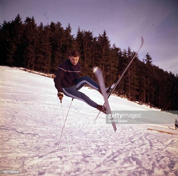 French Alpine Ski Team In Chamonix Chamonix Hiver 1962 L'équipe de ski alpin français portrait de Guy PERILLAT skieur alpin en figure acrobatique...