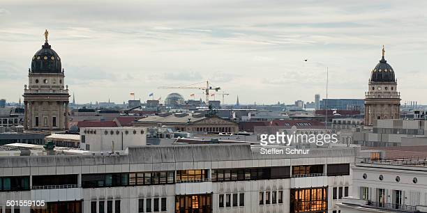 french and german cathedrals - gendarmenmarkt - konzerthaus berlin stock pictures, royalty-free photos & images