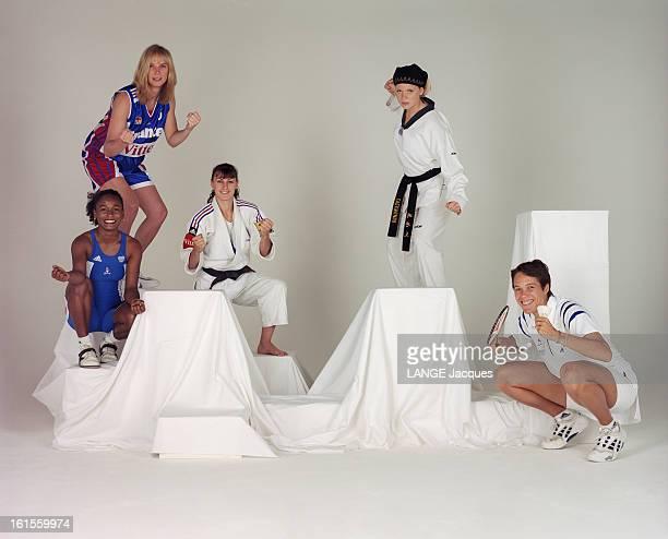 French Athletes Selected For Sydney 2000 Olympics Poses In Studio Les athlètes françaises sélectionnées pour les JO de Sydney 2000 posent en studio...