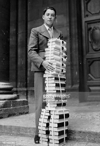 French author Pierre Moinot with a stack of books at the Sorbonne Paris 1937 Photograph Der französiche Autor Pierre Moinot mit einem Stapel Büchern...