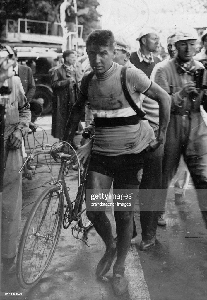 French bicycle racer René Vietto at Tour de France. 1935. Photograph. (Photo by Imagno/Getty Images) Der französische Radrennfahrer René Vietto bei der Tour de France. 1935. Photographie.