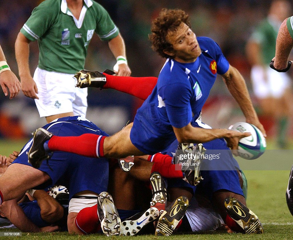 French captain Fabien Galthie passes from the back : News Photo