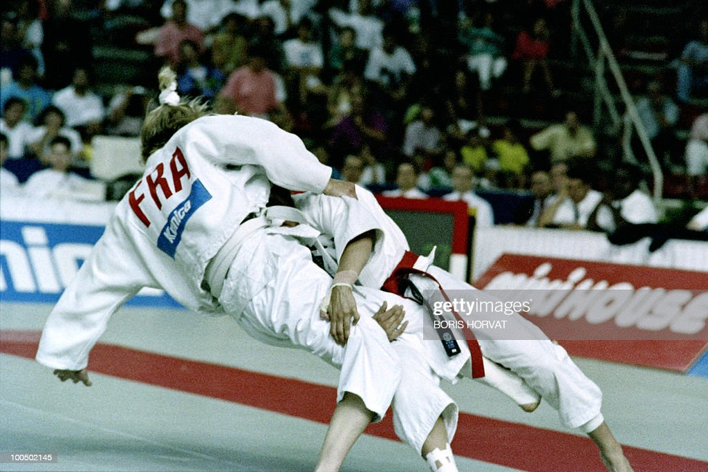 French Cecile Nowak (L) and British Karen Briggs fight during the World championships final in judo, on July 28, 1991, in Barcelona.