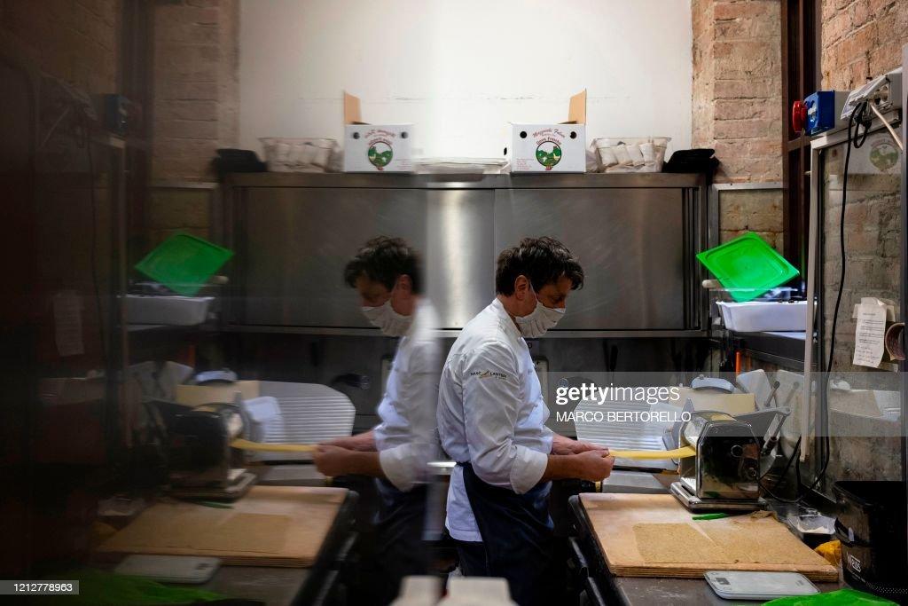 ITALY-HEALTH-VIRUS-FOOD-RESTAURANT : News Photo