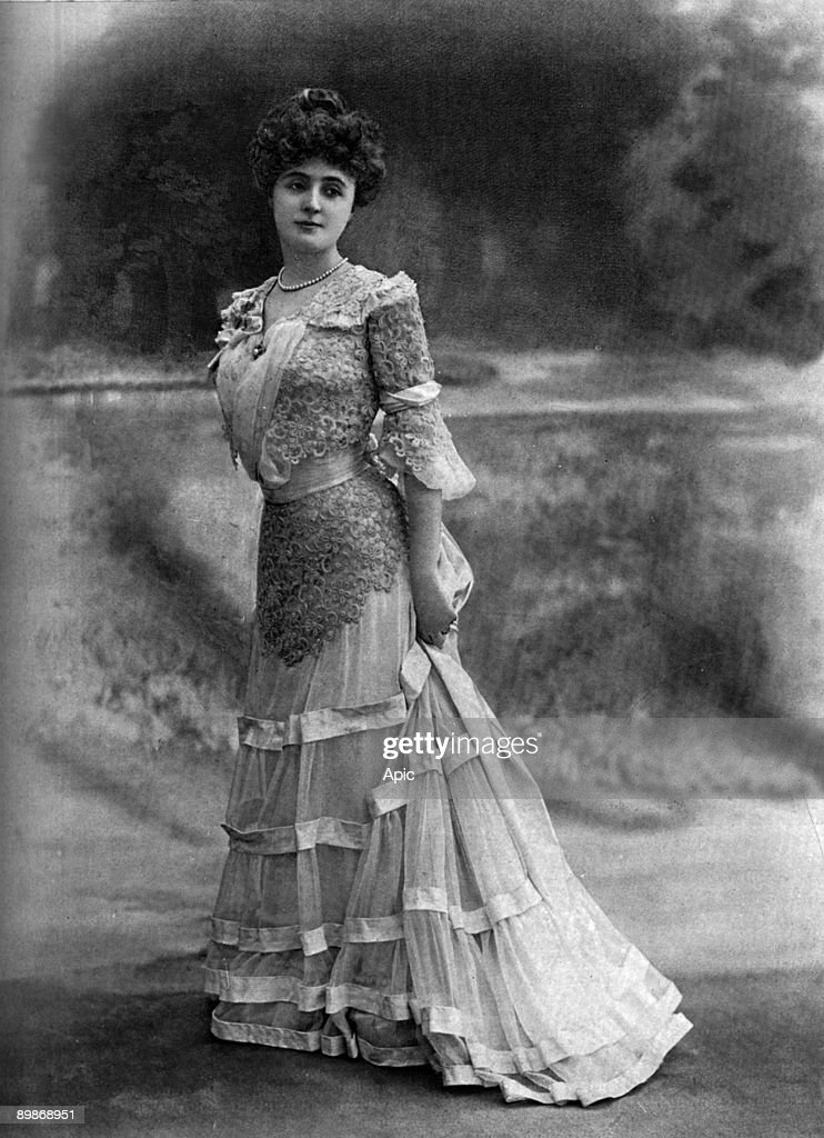 French comedian Leonie Yahne as Nialka in play 'Pour etre Aimee' by LeonAlfredFourneau in Paris, photo from french paper 'Le Theatre' avril 1901 : Nachrichtenfoto