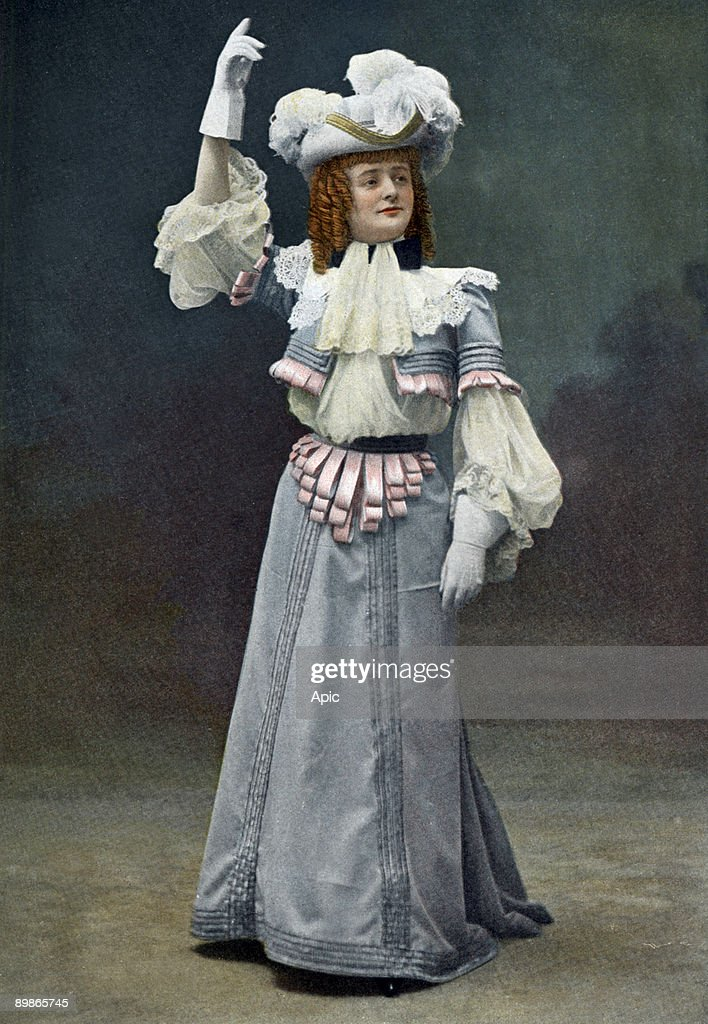 French comedian Leonie Yahne as Roxane in play 'Cyrano de Bergerac' by EdmondRostand, Paris, picture from french paper 'Le Theatre' july 1st, 1900 : Nachrichtenfoto