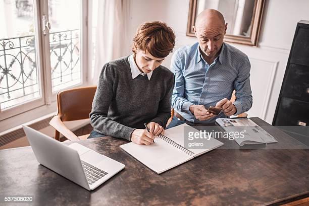 Vieux couple, calcul ensemble au bureau à la maison