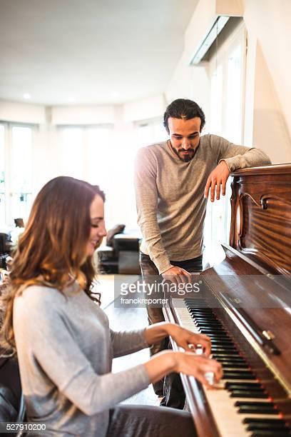フランスのカップルは、ピアノの鍵盤 parisen ハウス
