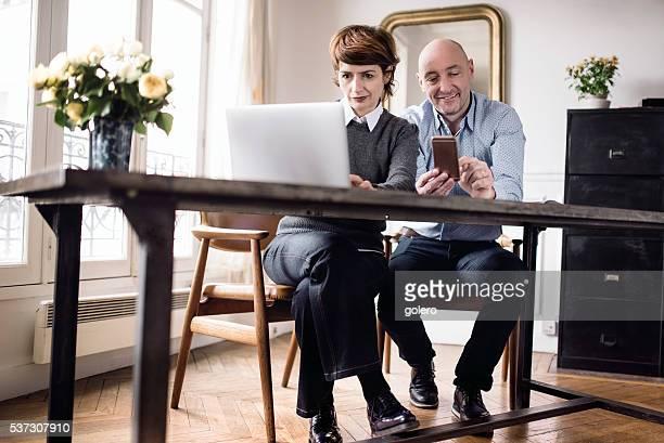 Vieux couple ensemble au bureau à la maison
