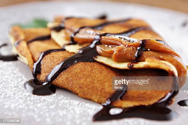 Francês crepes com Caramelo Caramelo em uma colher sobre