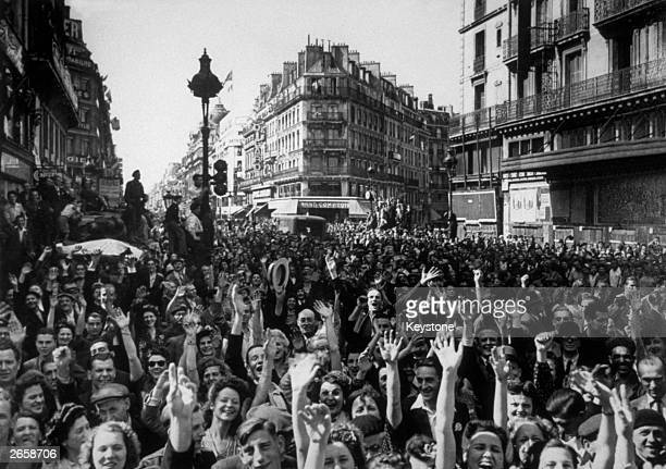 French crowds cheer the American troops as they enter Paris