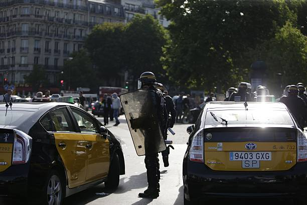 French CRS Riot Police Arrive To Intervene As Demonstrators Block - Taxi porte maillot