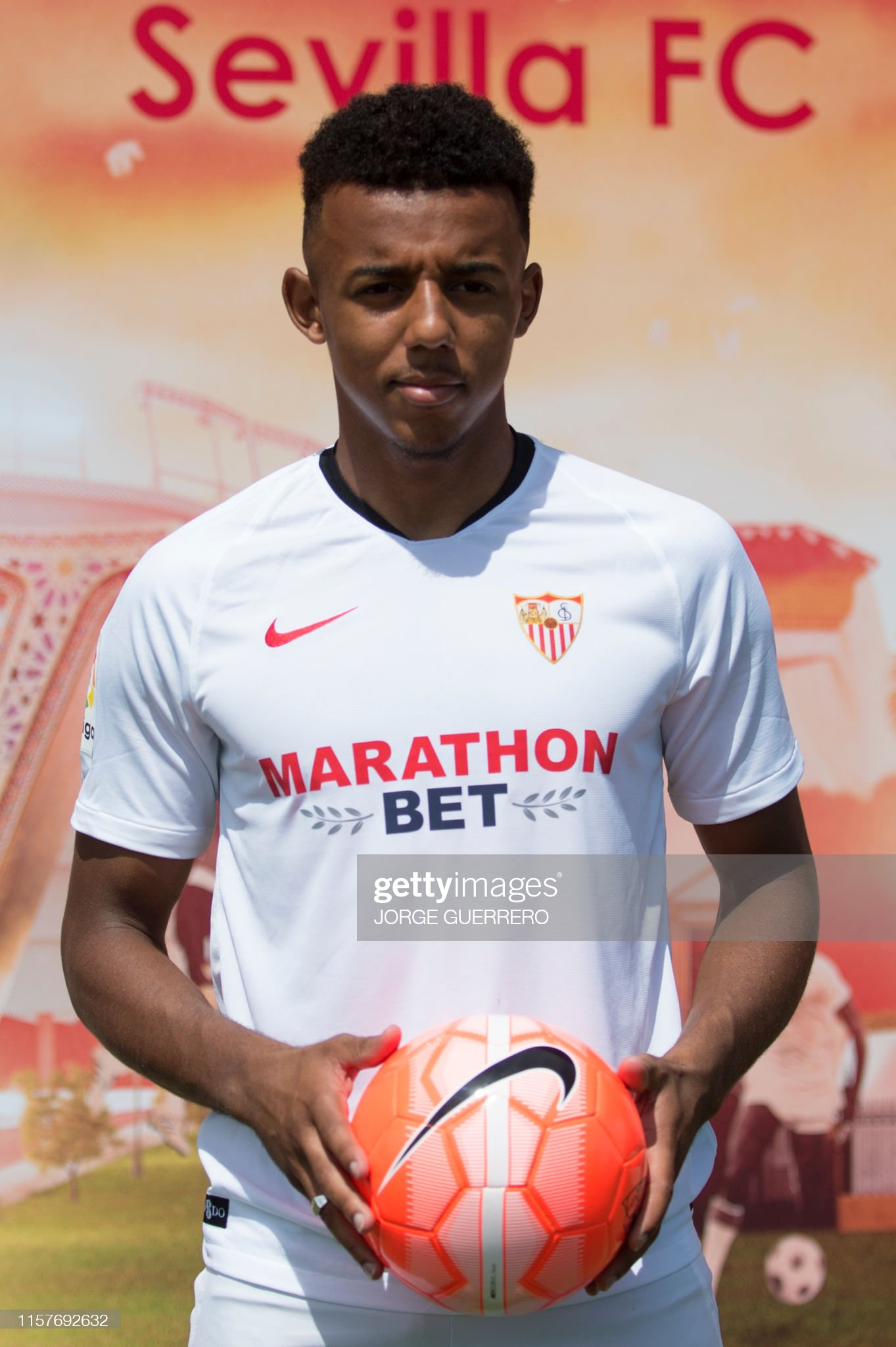 ¿Cuánto mide Jules Koundé? - Altura - Real height French-defender-jules-kounde-poses-with-the-ball-during-his-as-new-picture-id1157692632?s=2048x2048
