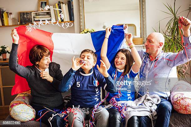 Familia celebrando de fútbol francesa evento en su casa