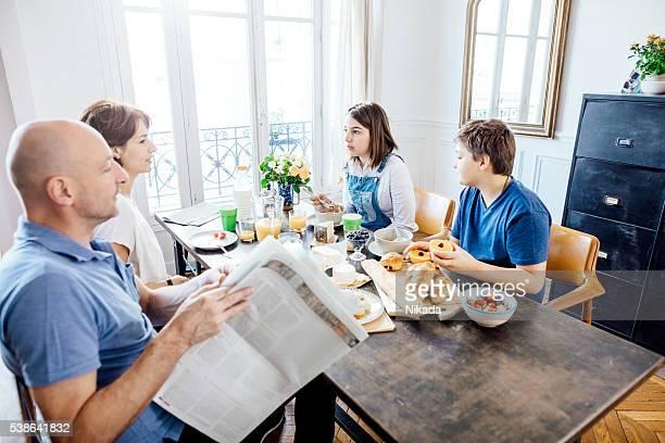 Französische Familie mit Frühstück
