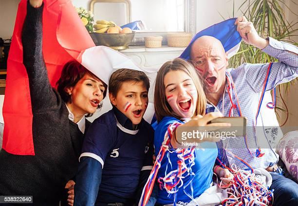 français famille posant pour fan des autophotos - french football photos et images de collection