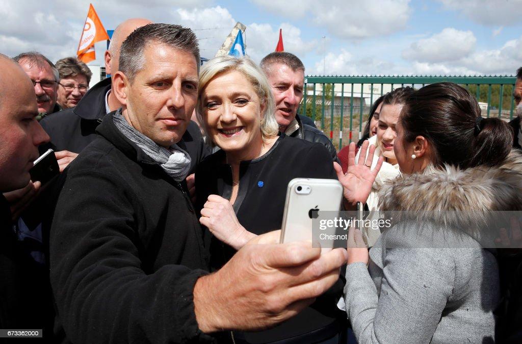 Presidential Candidate Marine Le Pen Visits Whirpool Factory In Amiens : Foto di attualità