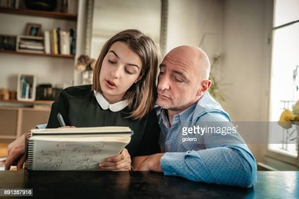 französischer Vater und Tochter im Teenageralter Hausaufgaben zusammen
