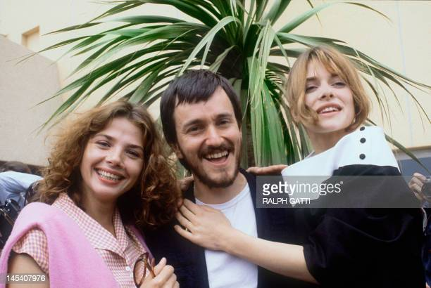 French film director Jean-Jacques Beineix poses surrounded by actresses Victoria Abril and Nastassja Kinski 12 May 1983 in Cannes, during the 36th...