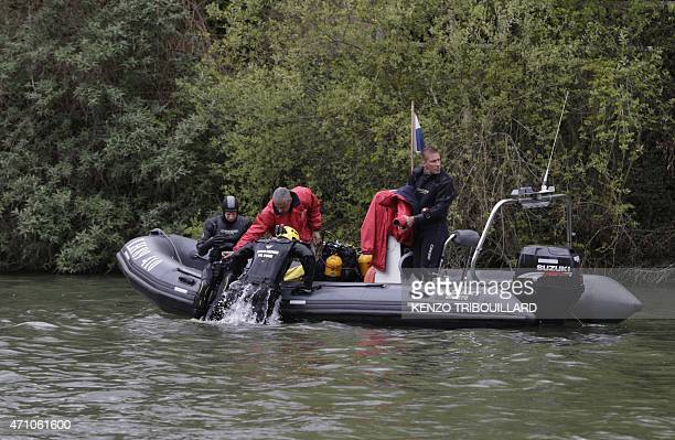 French firemen of the Brigade fluviale 95 dive in the Oise river during the search for missing child Marcus on April 25, 2015 in Butry-sur-Oise,...