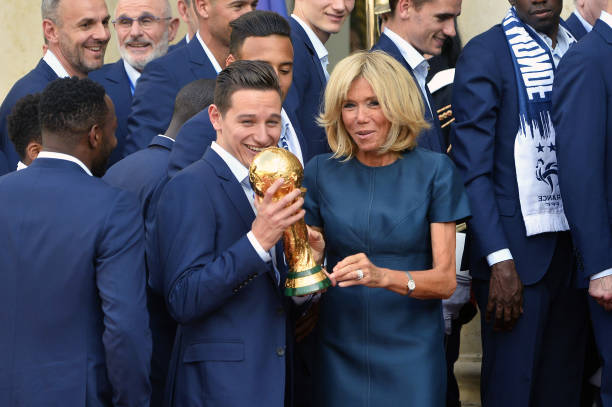 FOOT MASCULIN COUPE DU MONDE 2018 - Page 36 French-first-lady-brigitte-macron-holds-up-the-world-cup-trophy-with-picture-id1000311614?k=6&m=1000311614&s=612x612&w=0&h=7ZCh6FyZk09bjEXRx46H6ROkVyUaKz1SY-DcIl7n1sU=