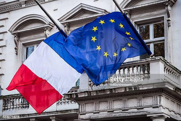 Drapeau français et Drapeau de l'Union européenne à l'ambassade de France, à Londres