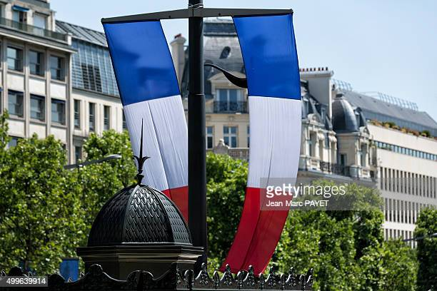 french flag and typical parisian rooftops in champs-elysées. - jean marc payet stock pictures, royalty-free photos & images