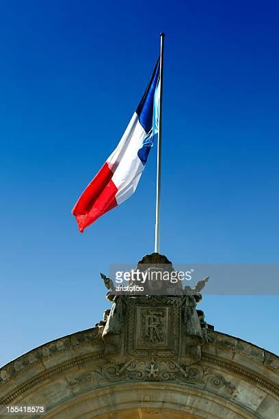 Drapeau français sur l'entrée du bâtiment: Palais de l''Élysée
